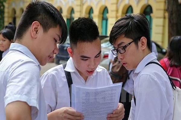 Học sinh xem đề thi thpt quốc gia năm 2018 sau khi ra phòng thi