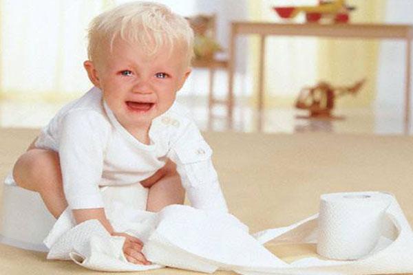Trẻ bị táo bón kéo dài gây nứt hậu môn cũng là nguyên nhân gây ngứa hậu môn