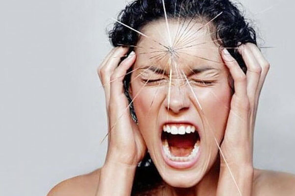 Đau đầu dữ dội cũng là biểu hiện, triệu chứng của dị dạng động tĩnh mạch