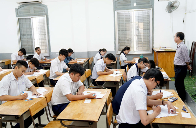 Học sinh của 1 trường thpt tại TPHCM lớp 12 tham gia thi học kỳ 1