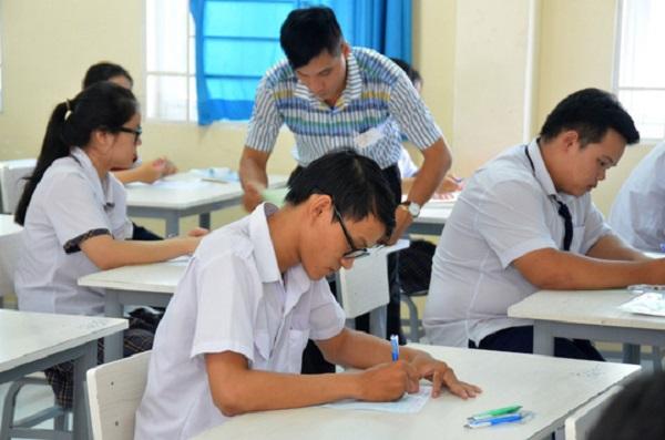 Học sinh lớp 12 làm bài thi giữa kỳ 1 năm 2018 -2019