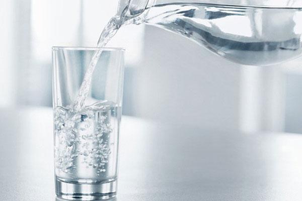 Uống đủ nước trước, trong và sau khi tập sẽ giúp bạn ngăn ngừa giật cơ cánh tay