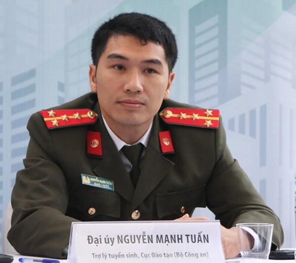 Đại úy Nguyễn Mạnh Tuấn - Trợ lý tuyển sinh Cục Đào tạo, Bộ Công an thông tin tại buổi tư vấn tuyển sinh tại ĐHBK Hà Nội