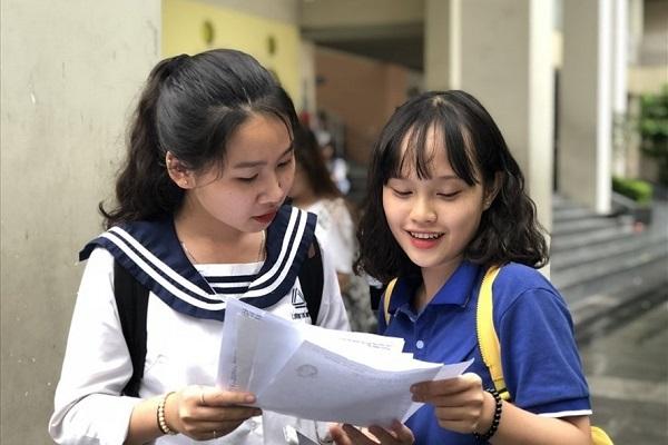 Thí sinh trao đổi vềvề kỳ thi THPT quốc gia