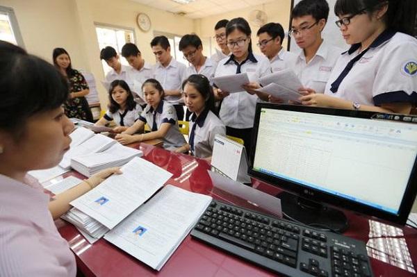 Học sinh tiến hành nộp hồ sơ đăng ký dự thi thpt quốc gia năm 2019
