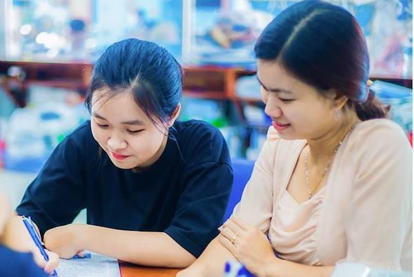 Thí sinh được hướng dẫn ghi hồ sơ đăng ký dự thi thpt quốc gia