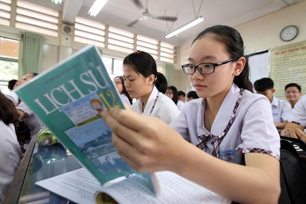 Các bạn học sinh ôn bài chuẩn bị cho kỳ thi THPT quốc gia