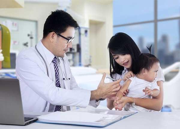 Cha mẹ cần biết cách chăm sóc cho trẻ sau tiêm chủng