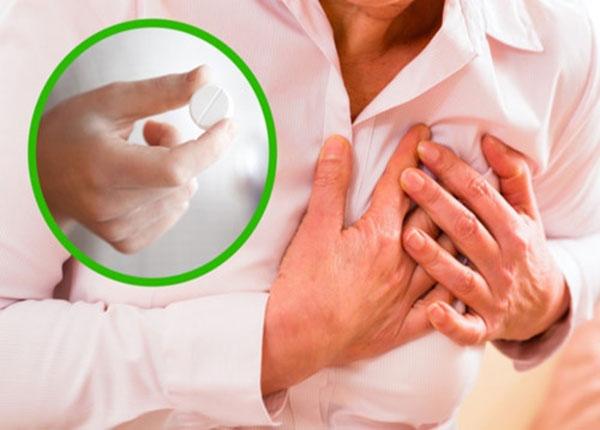 Nhai 1 viên aspirin trong trường hợp bị đau tim