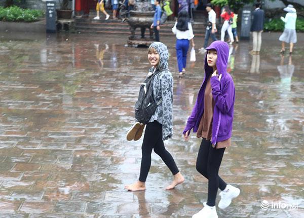 Trời mưa nhưng các sĩ tử vẫn tích cực cầu may mắn