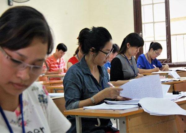Các thầy cô đang bắt đầu chấm thi bài thi môn ngữ văn