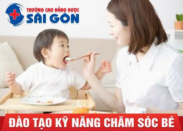 Trường Cao Đẳng Dược Sài Gòn đào tạo kỹ năng chăm sóc trẻ