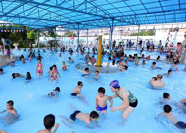 Bể bơi có quá nhiều người hoặc không thực hiện nghiêm ngặt các quy trình khử khuẩn sẽ dẫn đến tình trạng ô nhiễm nguồn nước (ảnh minh họa)
