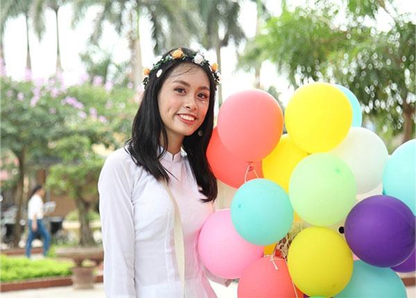 Nguyễn Thị Trà My lớp 12 A1, Trường THPT Hồng Thái, TP Hà Nội thủ khoa khối D