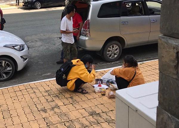 Bữa cơm giản dị của hai mẹ con giữa sân trường.