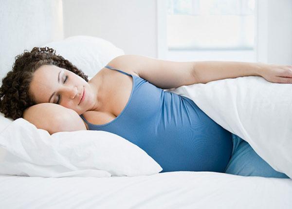 Tư thế nằm ngủ trong giai đoạn cuối thai kỳ ảnh hưởng trực tiếp đến sự an toàn của thai nhi