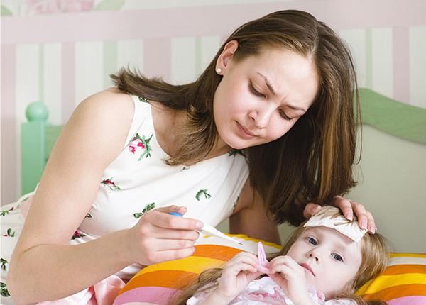 Khi trẻ bị sốt cha mẹ cần có biện pháp xử trí đúng cách
