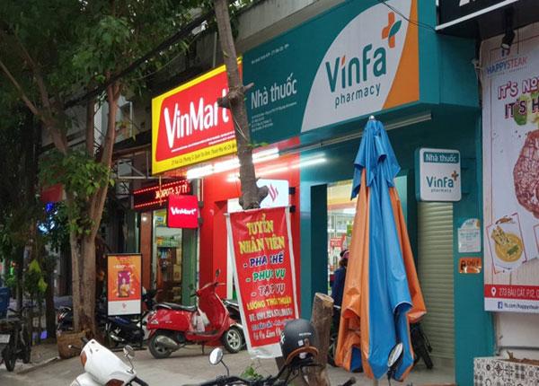 Một cửa hàng dược phẩm VinFa nằm ngay cạnh Vinmart+ ở đường Bàu Cát, Tân Bình đang chuẩn bị hoạt động
