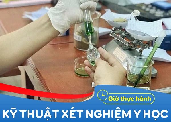 Giờ thực hành kỹ thuật xét nghiệm tại Trường Cao Đẳng Dược Sài Gòn