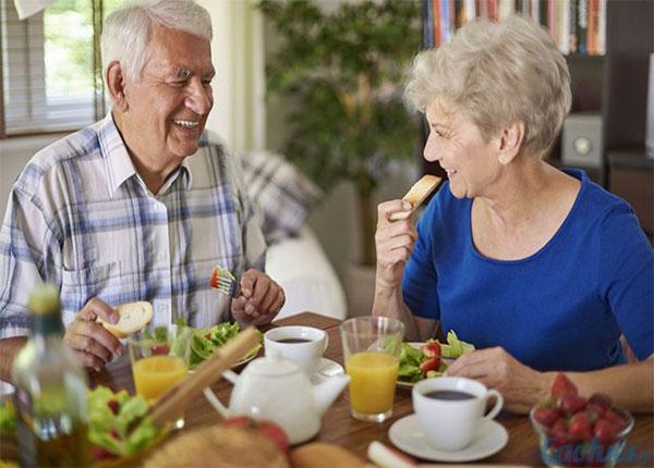 Người già nên ăn ít đi nhưng cần tăng nhiều vitamin