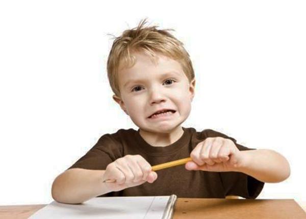Trẻ mắc hội chứng Tourette thường khó kiểm soát hành vi, khó khăn khi học tập.