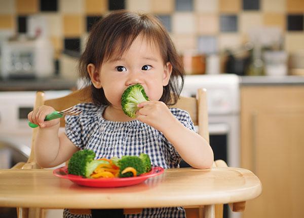 Rèn luyện thói quen ăn rau xanh ngay từ nhỏ cho bé
