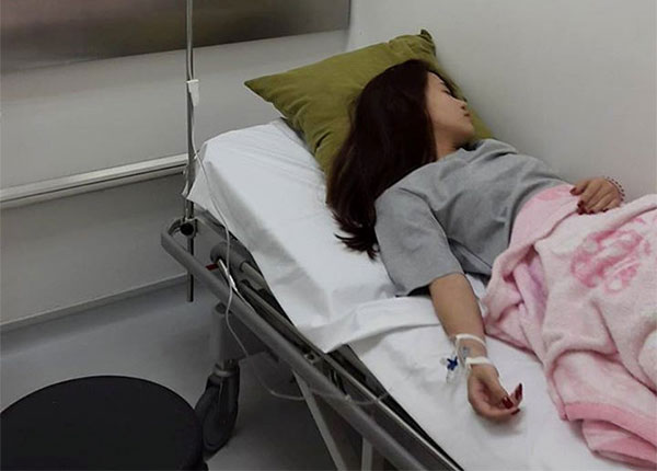 Cô gái bị người yêu chùm chăn xì hơi phải nhập viện