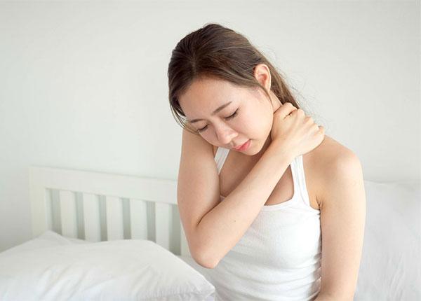 Nhiều nguyên nhân có thể dẫn đến cơn đau mỏi vai gáy khi ngủ dậy
