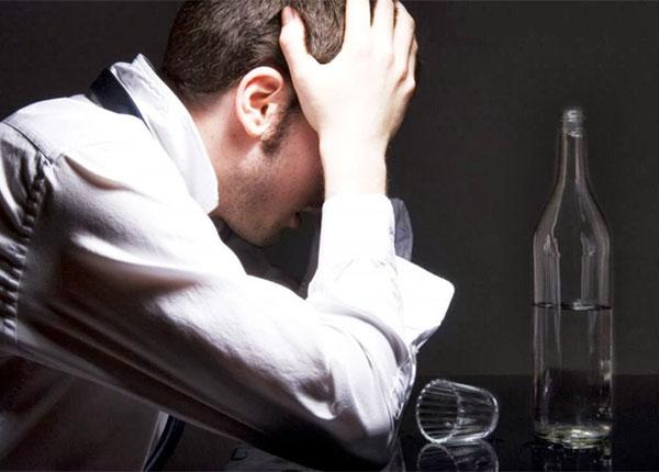 Nhiều người quá lạm dụng rượu khiến họ rơi vào trạng thái trầm cảm