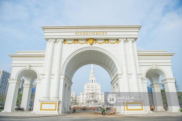Chiếc cổng hoành tráng với dòng chữ VinUniversity.