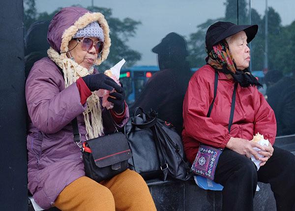 Người cao tuổi không nên ra ngoài khi trời chuyển lạnh đột ngột