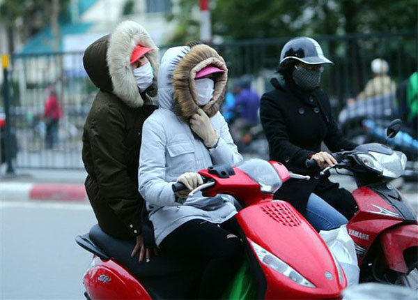 Mọi người ra đường nên mặc ấm