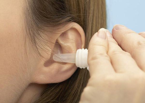 Hướng dẫn dùng thuốc nhỏ tai điều trị viêm tai giữa